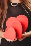Femme avec des boîtes de valentines Image libre de droits