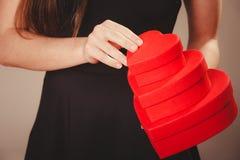 Femme avec des boîtes de valentines Photo stock