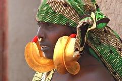 Femme avec des boucles d'oreille Photographie stock libre de droits