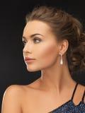 Femme avec des boucles d'oreille de diamant Photo stock