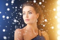 Femme avec des boucles d'oreille de diamant image libre de droits