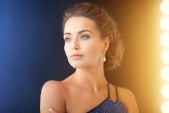 Femme avec des boucles d'oreille de diamant photographie stock