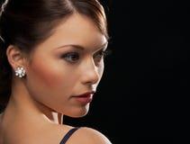 Femme avec des boucles d'oreille de diamant Images libres de droits