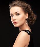 Femme avec des boucles d'oreille de diamant Photographie stock libre de droits
