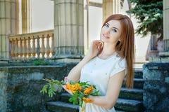 Femme avec des branches de sorbe Photos stock