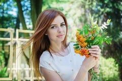 Femme avec des branches de sorbe Image stock