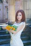 Femme avec des branches de sorbe Photographie stock
