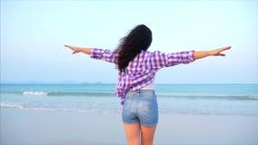 Femme avec des bras augmentés sur un portrait en gros plan de plage tropicale de belle brune mignonne européenne, jeune femme ou clips vidéos
