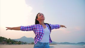 Femme avec des bras augment?s sur un portrait en gros plan de plage tropicale de belle brune mignonne europ?enne, jeune femme ou banque de vidéos