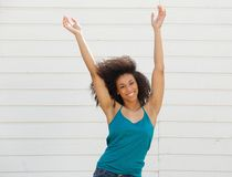 Femme avec des bras dans le ciel Photographie stock libre de droits