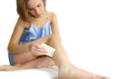 Femme avec des brucelles Image stock