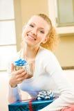 Femme avec des cadres de cadeau à la maison Photographie stock libre de droits