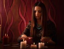 Femme avec des cartes de divination dans la chambre Image stock