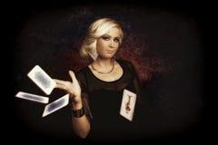 Femme avec des cartes de tisonnier Images stock