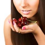 Femme avec des cerises sur le blanc Photo stock