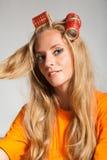Femme avec des cheveu-rouleaux Photo stock