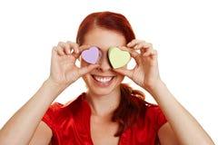 Femme avec des coeurs devant des yeux Images stock