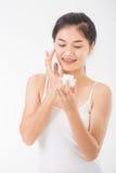 Femme avec des cosmétiques photographie stock libre de droits