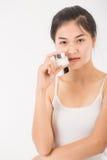 Femme avec des cosmétiques images stock