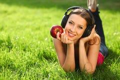 Femme avec des écouteurs Photographie stock