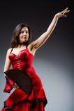 Femme avec des danses de danse de fan Image stock