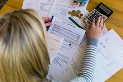 Femme avec des dettes et des factures image libre de droits