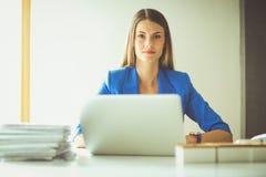 Femme avec des documents se reposant sur le bureau Photo stock