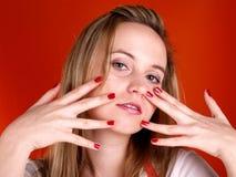Femme avec des doigts au-dessus de son visage Image stock