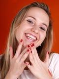 Femme avec des doigts au-dessus de son visage Photos stock