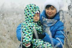 Femme avec des enfants dans le domaine d'hiver Photo libre de droits