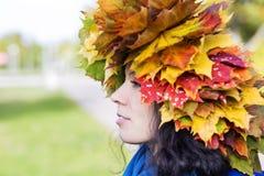 Femme avec des feuilles d'érable sur la tête Photos libres de droits