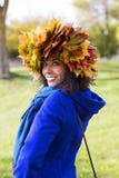 Femme avec des feuilles d'érable sur la tête Photo libre de droits