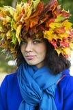 Femme avec des feuilles sur la tête avec l'écharpe Photo stock