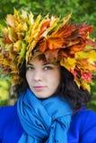 Femme avec des feuilles sur le regard principal directement Images libres de droits