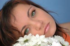 Femme avec des fleurs Images libres de droits