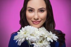 Femme avec des fleurs. photos stock