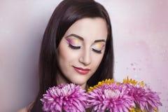 Femme avec des fleurs Photographie stock