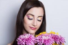 Femme avec des fleurs Images stock