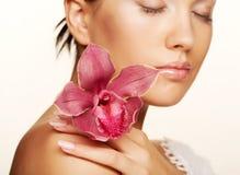 Femme avec des fleurs d'isolement sur le blanc Photo libre de droits