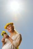 Femme avec des fleurs de pissenlit Photographie stock libre de droits