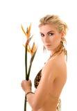 Femme avec des fleurs de strelizia Image libre de droits