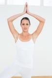 Femme avec des frais généraux jointifs de mains à un studio de forme physique Image libre de droits