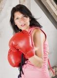Femme avec des gants de boxe photos stock