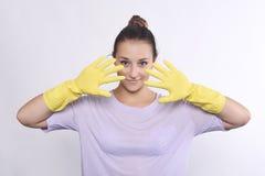 Femme avec des gants de nettoyage images stock
