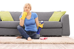 Femme avec des gants de nettoyage tenant une bouteille de jet Photographie stock libre de droits