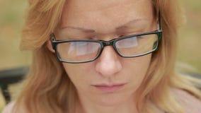Femme avec des glaces affichant un livre Plan rapproché reflété dans les lentilles du livre clips vidéos