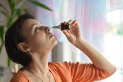 Femme avec des gouttes pour le nez Images libres de droits