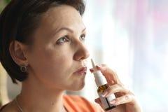 Femme avec des gouttes pour le nez Images stock