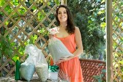 Femme avec des granules d'engrais dans le sac Photographie stock libre de droits