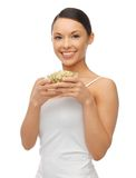 Femme avec des haricots de pousse de mung Images stock